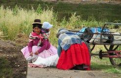 有一个孩子的盖丘亚族人的妇女拉丁美洲的 免版税库存图片