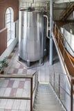 有一个安装的金属储水池的一间大屋子 图库摄影