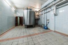 有一个安装的金属储水池的一间大屋子 免版税库存图片