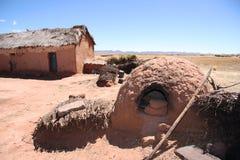 有一个室外烤箱的传统黏土房子在玻利维亚 库存图片