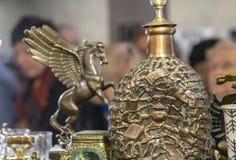 有一个容量样式的古铜色蒸馏瓶在礼品店 库存图片