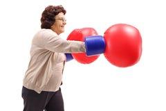 有一个对的年长妇女大拳击手套 免版税库存图片