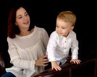 有一个小儿子的年轻母亲 免版税库存图片