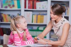 有一个小女孩的儿童心理学家 免版税库存照片