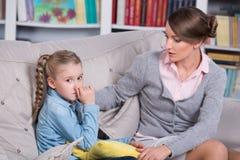 有一个小女孩的儿童心理学家 免版税图库摄影
