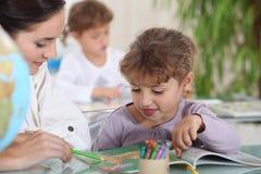 有一个小女孩的老师 免版税库存图片