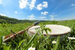 有一个小手鼓的人在草,乌克兰, 2017年5月 免版税图库摄影