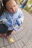 有一个小手鼓的男孩在街道上 免版税库存照片