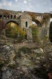 有一个小教堂的老桥梁Karytaina的, Pelo 库存照片