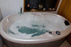有一个小极可意浴缸的室 库存照片