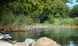 有一个小树荫处的湖 免版税图库摄影
