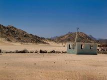 有一个小清真寺的沙漠,埃及 库存图片