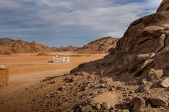 有一个小清真寺的沙漠,埃及 图库摄影