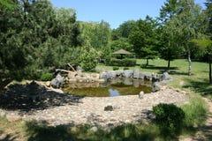有一个小湖的日本庭院 库存图片