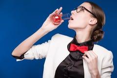 有一个小瓶的女孩在他的手和一只红色蝴蝶上在她的脖子 库存照片