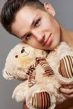 有一个小的玩具熊的一个人 免版税库存图片