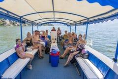 有一个小组的小船游人在斯库台湖航行 黑山 免版税库存照片