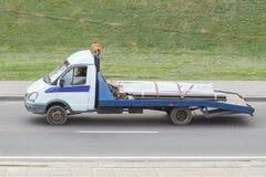 有一个小身体的拖车在城市 免版税库存照片