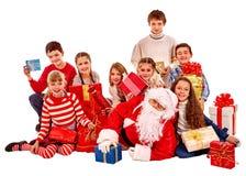 有一个小组的圣诞老人孩子 免版税库存图片