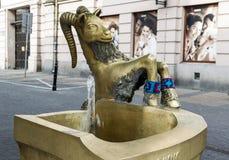 有一个山羊雕塑的饮用的泵房在鲁布林的克拉科夫郊区 免版税库存图片