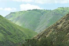 有一个岩石地形和美好的风景的山 免版税库存图片