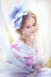 有一个帽子的妇女以在她的头的一朵花的形式 免版税库存照片