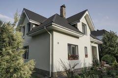 有一个庭院的新房在乡区 免版税库存照片