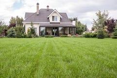 有一个庭院的私有房子在乡区在天空下 库存图片