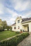 有一个庭院的私有房子在乡区在美丽的天空下 免版税图库摄影