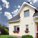有一个庭院的私有房子在乡区在美丽的天空下 免版税库存图片