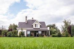 有一个庭院的私有房子在乡区在美丽的天空下 库存照片