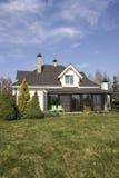 有一个庭院的私有房子在乡区在美丽的天空下 免版税库存照片