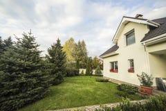 有一个庭院的私有房子在乡区在美丽的天空下 库存图片