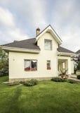 有一个庭院的私有房子在乡区在美丽的天空下 图库摄影