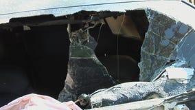 有一个开放敞篷的烧坏的汽车 影视素材