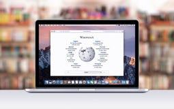 有一个开放选项的苹果计算机MacBook赞成视网膜在显示维基百科网页的徒步旅行队 库存图片