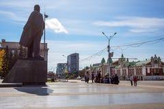 有一个开花的花圃的列宁广场 编译的街市现代新西伯利亚俄国 库存图片