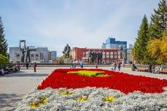 有一个开花的花圃的列宁广场 编译的街市现代新西伯利亚俄国 免版税库存照片
