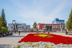 有一个开花的花圃的列宁广场 编译的街市现代新西伯利亚俄国 免版税库存图片