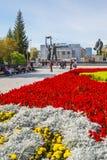 有一个开花的花圃的列宁广场 编译的街市现代新西伯利亚俄国 图库摄影