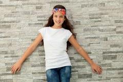有一个开花的头饰带的俏丽的少年女孩 图库摄影