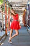 有一个快乐的表示和姿势的青少年的女孩 免版税图库摄影