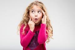 有一个戏弄的表示的乐趣嬉戏的小女孩 免版税库存照片