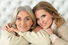 有一个成人女儿的美丽的年长母亲 免版税库存图片