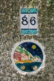 有一个房子号码的装饰瓦片在王子岛群,伊斯坦布尔,土耳其 关闭 免版税库存图片