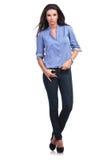 有一个拇指的偶然妇女在她的牛仔裤使成环 库存图片