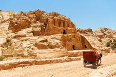 有一个推车和一头驴的一条石路在Petra的岩石中, 库存照片