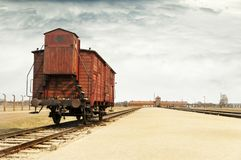 有一个支架的囚犯的,在奥斯威辛集中营的教练铁路平台 选择平台 免版税图库摄影