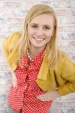 有一个救生服的美丽的年轻白肤金发的妇女 免版税库存图片