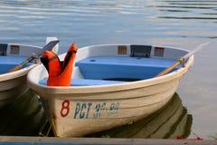 有一个救生衣的白色小船在停泊 库存照片